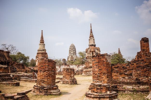 Ruínas do templo de ayutthaya, wat maha that ayutthaya como um local do patrimônio mundial, tailândia.