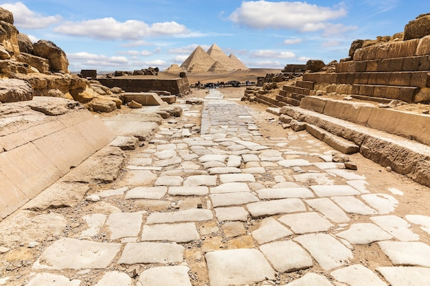Ruínas do templo de gizé e a estrada para as grandes pirâmides, no egito.