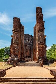 Ruínas do templo lankatilaka vihara com imagem de buda pollonaruwa sri lanka
