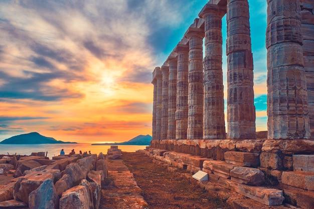 Ruínas do templo poseidon no cabo sounio no pôr do sol na grécia