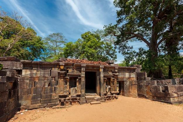 Ruínas do templo shiva devale shiva na antiga cidade pollonaruwa sri lanka