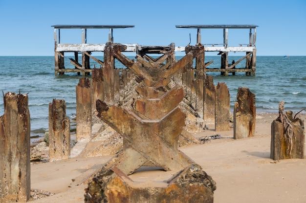 Ruínas do velho cais na praia.