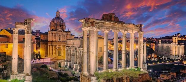 Ruínas famosas do forum romanum na colina capitolium em roma, itália