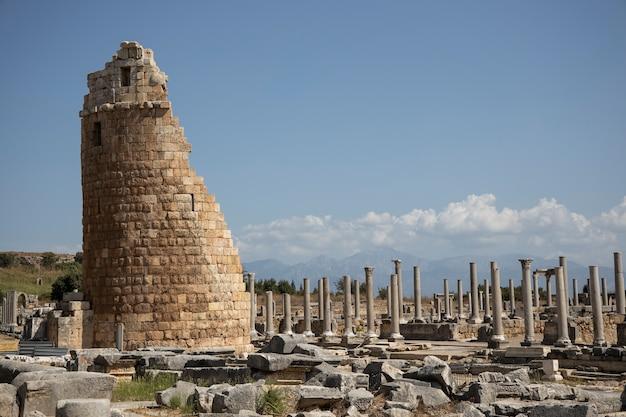 Ruínas históricas gregas e romanas