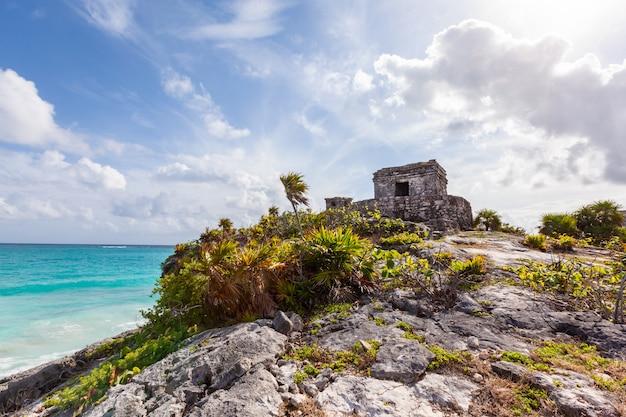 Ruínas maias de tulum sobre o mar do caribe. méxico quintana roo