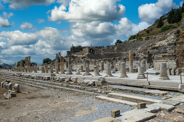 Ruínas na antiga cidade grega de éfeso ou efes na costa do mar jônia em selchuk