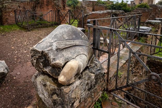 Ruínas na colina do palatino em roma um fragmento de uma estátua de mármore o dedo mínimo no pé
