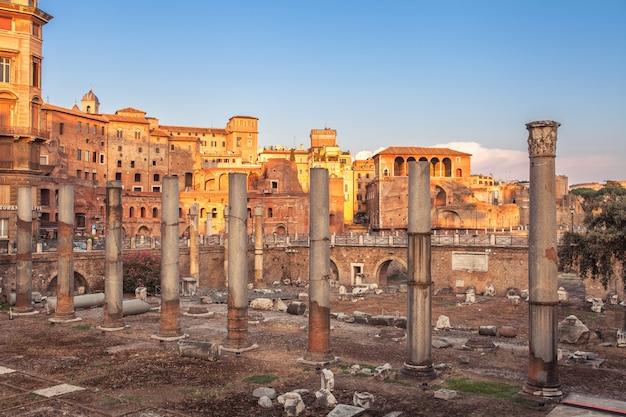 Ruínas romanas antigas no og roma do centro da cidade, itália.