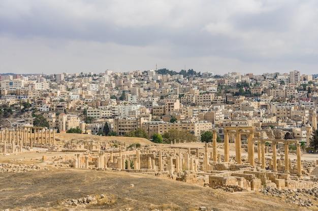 Ruínas romanas antigas, passagem ao longo das colunas em jerash, jordânia