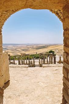 Ruínas romanas de dougga, patrimônio mundial da unesco, na tunísia detalhe arquitetônico do teatro dougga