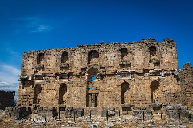 Ruínas romanas na cidade grecoroman, na província de antalya, na turquia.