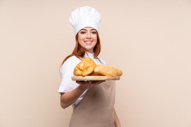 Ruiva adolescente em uniforme de chef.
