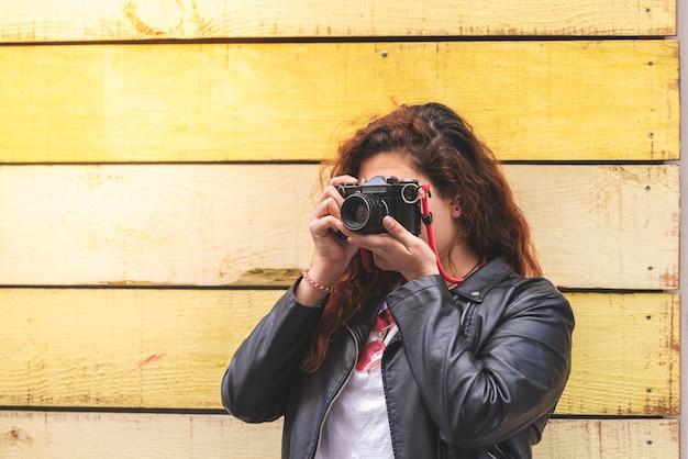 Ruiva adolescente usando uma câmera de filme