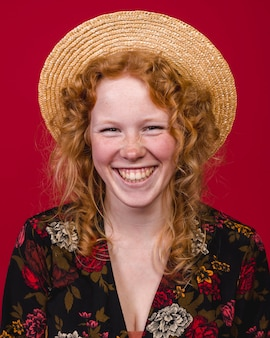 Ruiva jovem fêmea sorrindo amplamente na câmera
