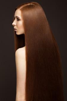 Ruiva linda com um cabelo perfeitamente liso e maquiagem clássica. rosto bonito.