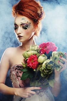 Ruiva linda mulher segurando flores