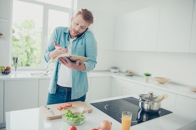 Ruivo atraente na cozinha tentando cozinhar