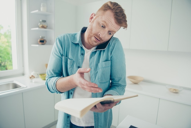 Ruivo bonito na cozinha