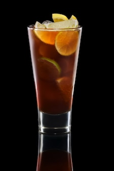 Rum e cola cocktail em copo alto
