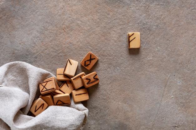 Runas, adivinhação, símbolos mágicos. alfabeto antigo escandinavo artesanal de madeira