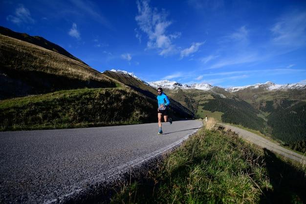 Runner treina na estrada de asfalto em alta altitude