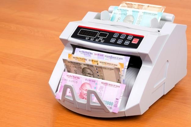 Rupia indiana em uma máquina de contagem