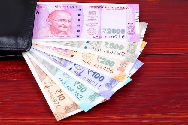 Rupia indiana na carteira preta
