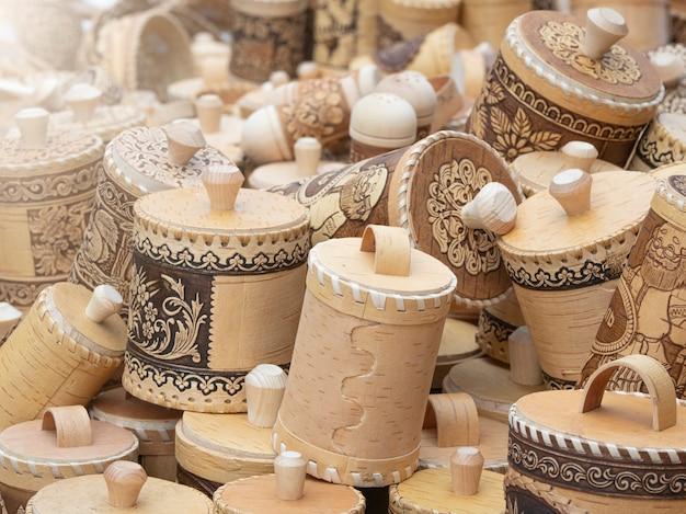 Rússia. 12 de setembro de 2020. produtos de casca de bétula, artesanato popular. lembranças de vendedor ambulante de bétula.