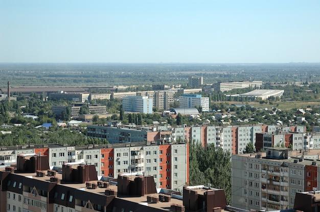 Rússia. a cidade de volgogrado. um tipo na cidade da altura do vôo do pássaro.