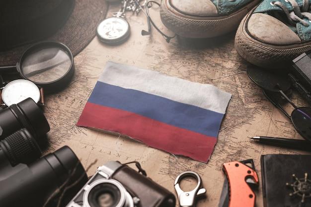 Rússia entre acessórios do viajante no antigo mapa vintage. conceito de destino turístico.