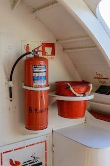 Rússia, kazan - 12 de setembro de 2020. extintor de incêndio e círculo de balde no navio. legenda: ã ¢ â € âœv. kargin