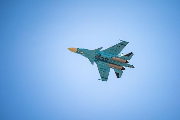 Rússia khabarovsk pode sufocar desfile fighterbomber da linha de frente em homenagem à vitória desfile aéreo militar em homenagem ao dia da vitória