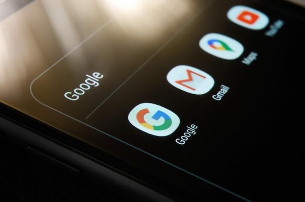 Rússia, moscou - 18 de outubro de 2020: close-up de aplicativos do google no smartphone android, incluindo google, gmail, maps, youtube.