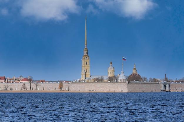 Rússia, são petersburgo, vista da fortaleza peter e paul no neva