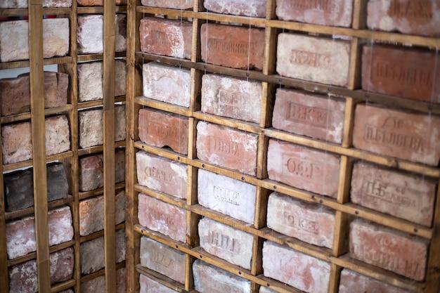 Rússia. vyborg 10.01.2021 rack com uma coleção de tijolos em que
