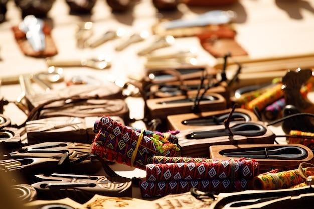Rússia. vyborg. 20.08.2020 artigos decorativos coloridos sobre a mesa. na feira de artesãos