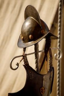 Rússia. vyborg. 20/08/2020 os capacetes do cavaleiro medieval repousam na natureza. festival dos cavaleiros de verão