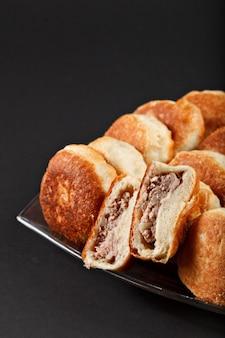 Russo saboroso tradicional quente, assar pequenos bolos com carne de owen