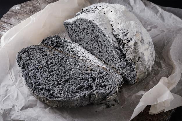 Rústico pão e fatias de cor preta incomum