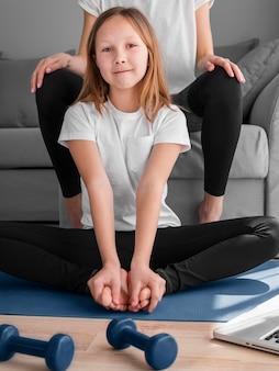 Rutina esporte com menina e mãe