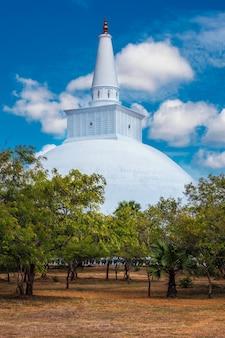 Ruwanweliseya dagoba budista stupa turista e local de peregrinação anuradhapura sri lanka