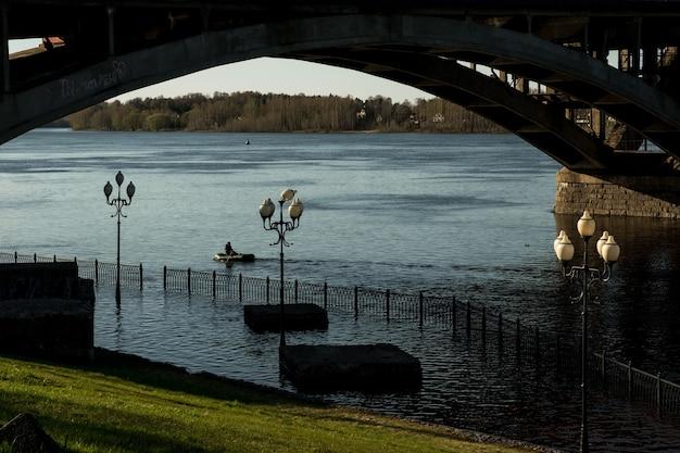 Rybinsk, rússia - 7 de maio de 2021: transbordamento do rio volga.