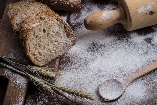 Rye cortou pão na mesa Foto gratuita