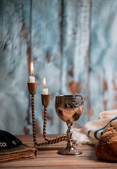 Sabá feriado judeu chalá pão e candelas na mesa de madeira