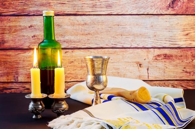 Sábado. pão challah e candelas na mesa de madeira