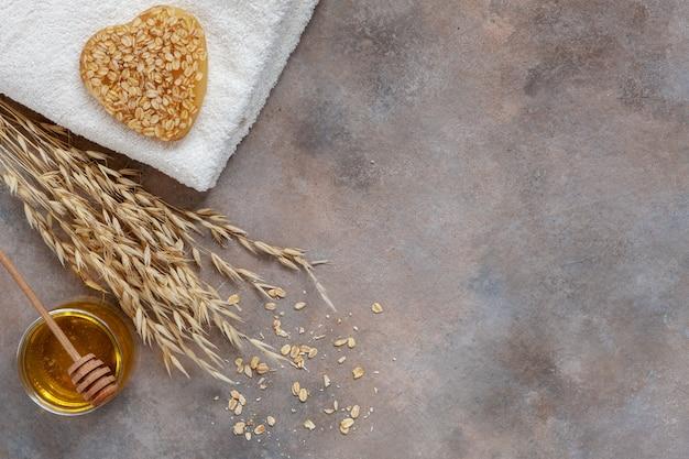 Sabão caseiro caseiro da farinha de aveia, mel fresco e toalha.