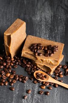 Sabão de alto ângulo feito de grãos de café