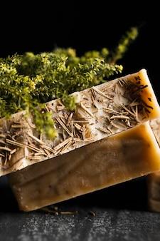 Sabão de close-up de manjericão na mesa