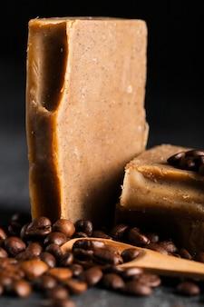 Sabão de grãos de café de close-up ao lado de grãos de café