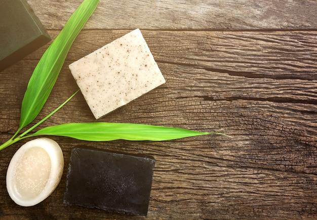 Sabão de lavanda e sal na placa de madeira rústica